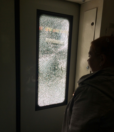 Мысли о человеке - у разбитого окна в электричке