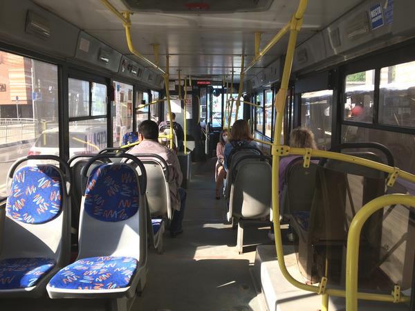 В автобусе из дома на работу и обратно - будни человека
