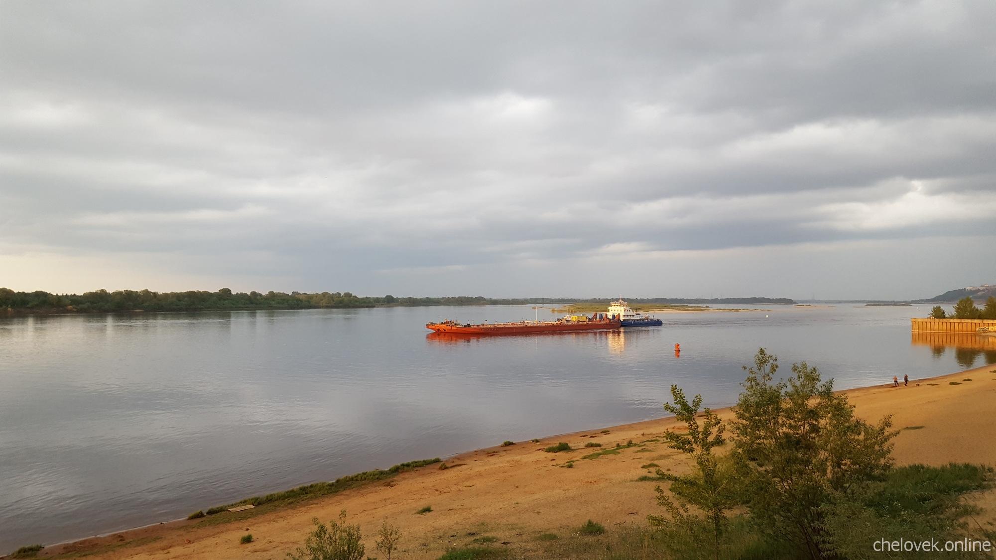 Баржа плывёт по реке Волга близ Борского моста, Нижний Новгород