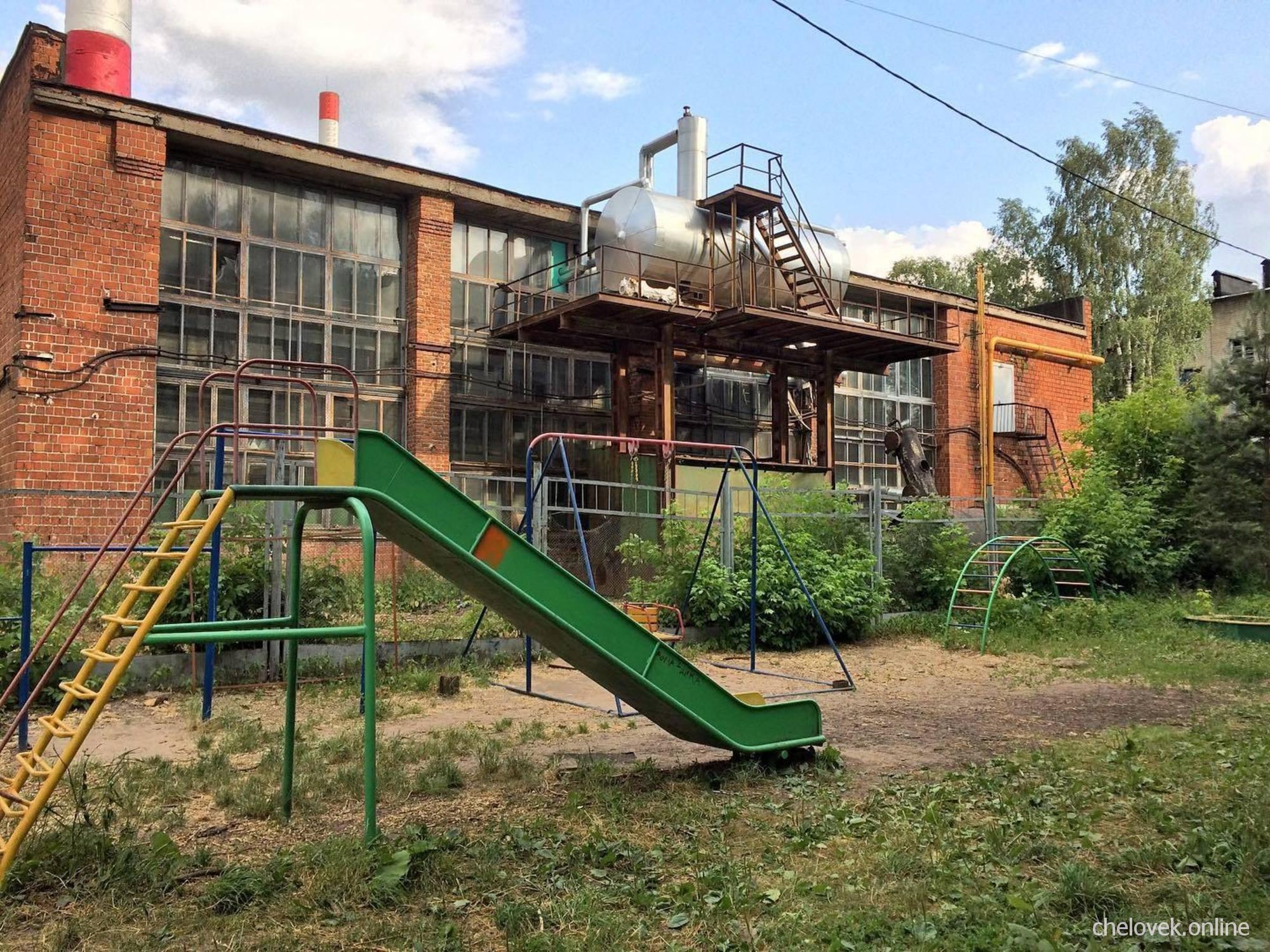 Детская горка на фоне газовой котельной, где-то в России