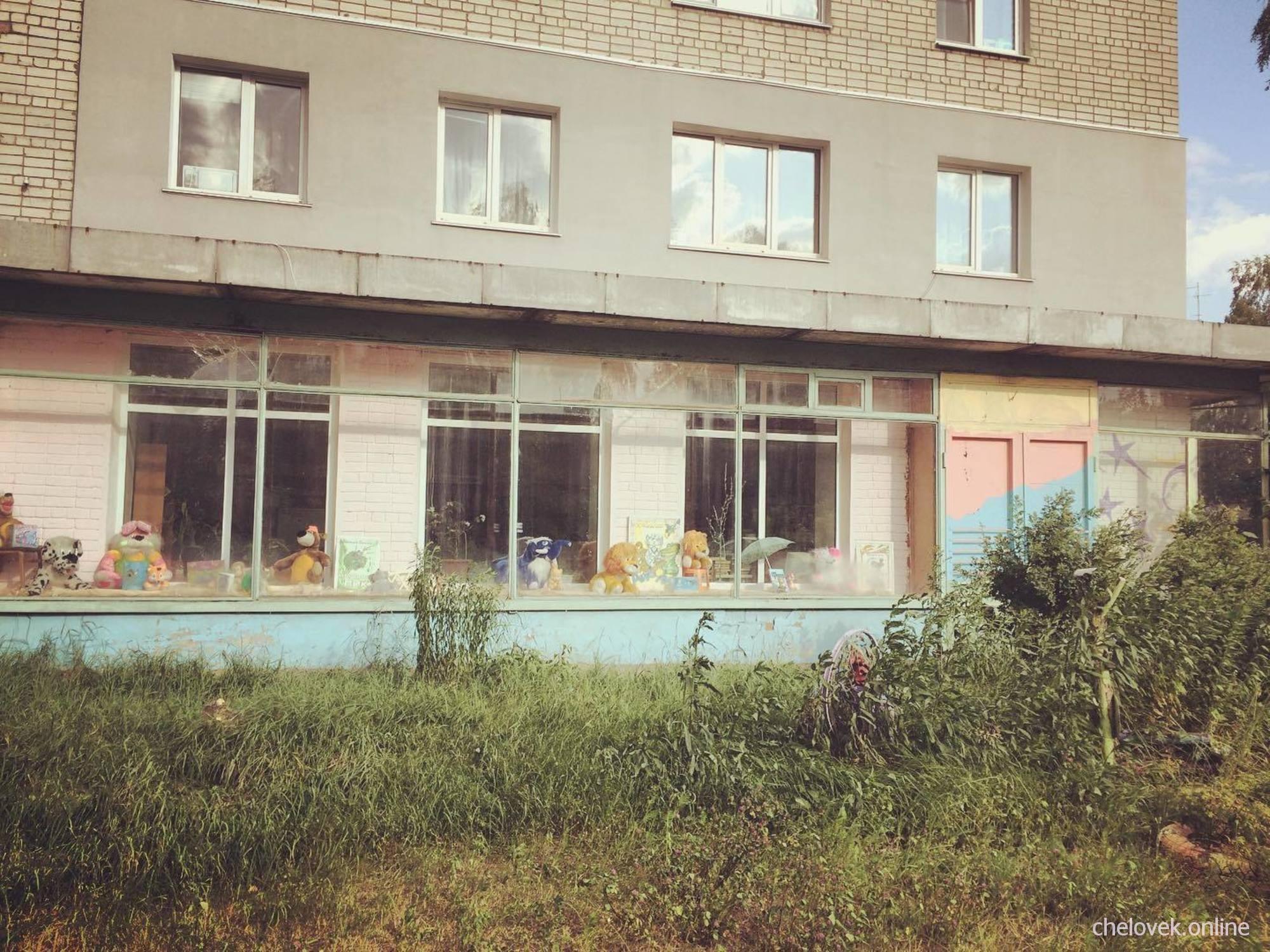 Старая витрина их 80-х, российские реалии