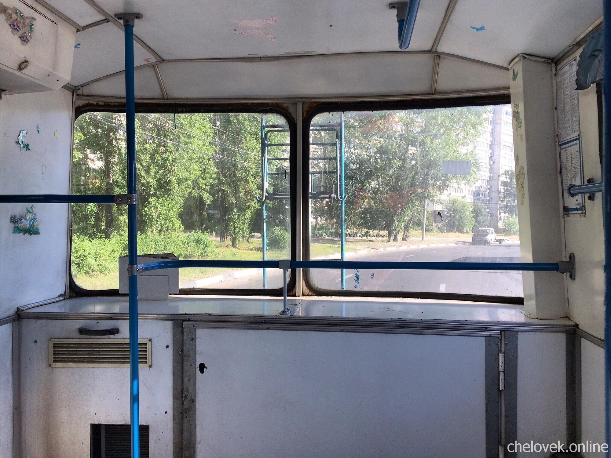 В троллейбусе. Вид из окна на улицу, дорогу
