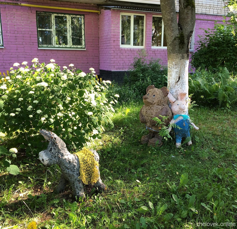 Типичный нижегородский дворик - фигуры Винни-Пуха, Пятачка и ослика Иа-Иа