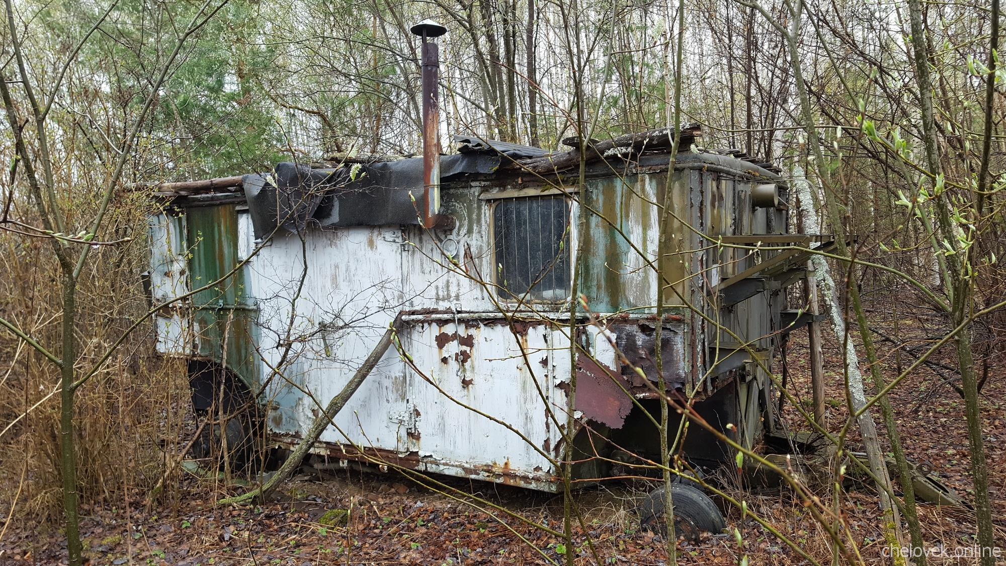 Заброшенный домик на колёсах, где-то в России